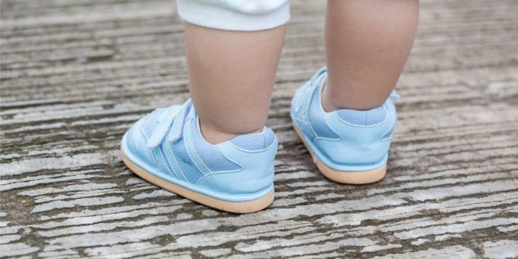 babies walk barefoot